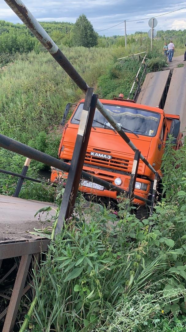 В Прокопьевском районе водитель КамАЗа сломал мост