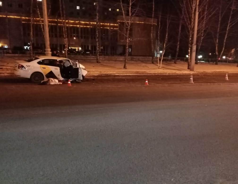 В Кузбассе водитель такси протаранил опору освещения