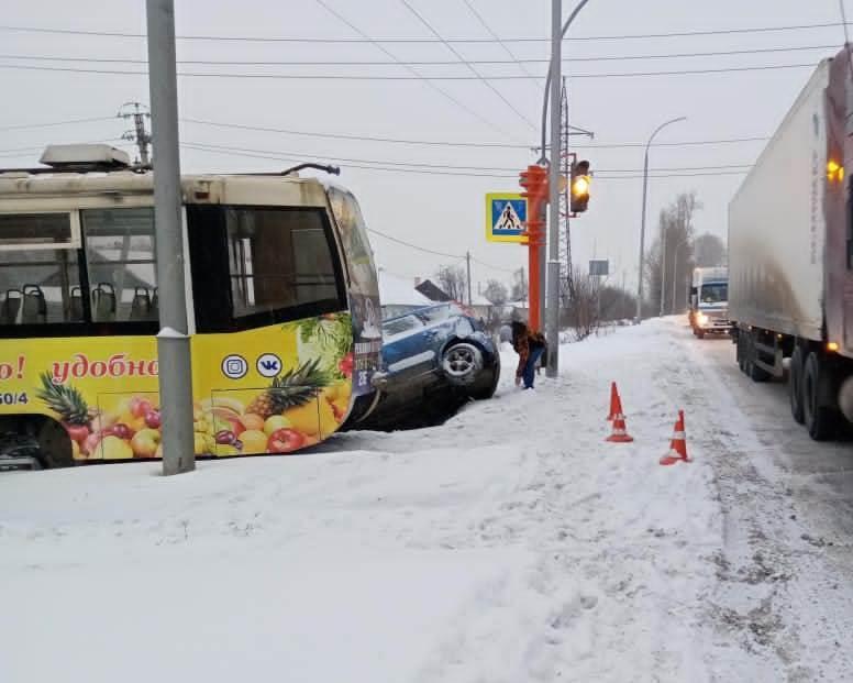 В Кузбассе два человека пострадали при столкновении трамвая и легковушки