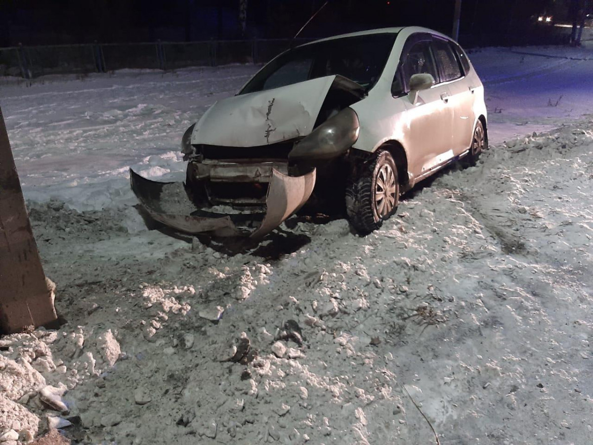 В Кузбассе легковушка протаранила дорожное ограждение и опору освещения