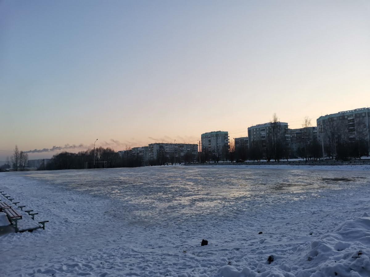 В Прокопьевске начали заливать каток