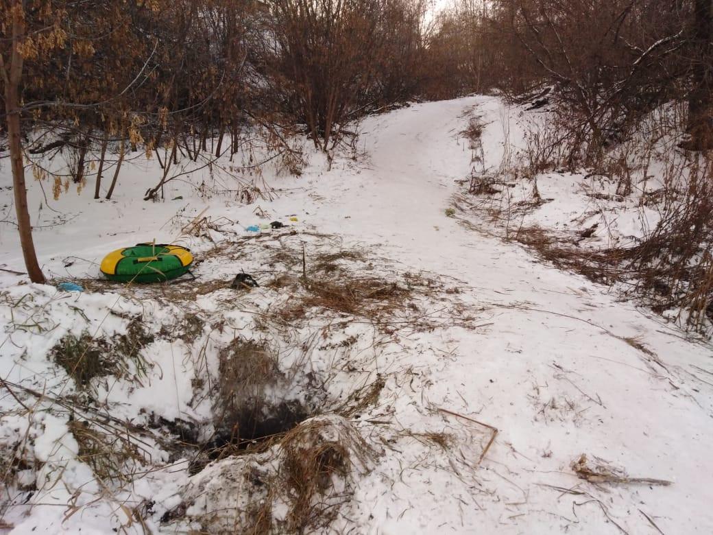 В Кузбассе ребенок скатился с горки и провалился в 5-метровый колодец