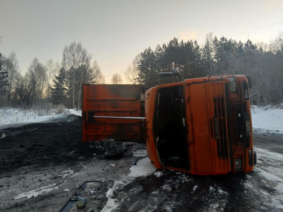 На угольном предприятии Кузбасса опрокинулся КАМАЗ