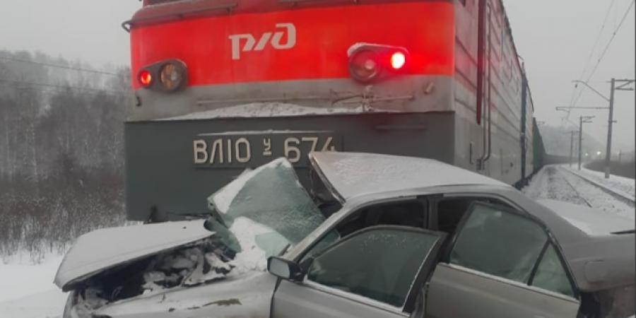 В Кузбассе поезд протаранил легковушку