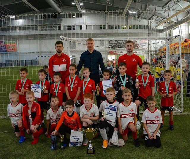 Двое юных футболистов из Прокопьевска на каникулах перенимали опыт у знаменитого вратаря