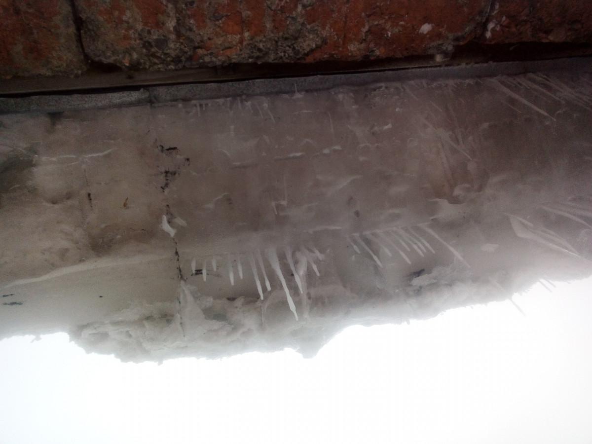 """Эксперты назвали допустимую толщину """"снежных шапок"""" на крышах и глубину колейности во дворах"""