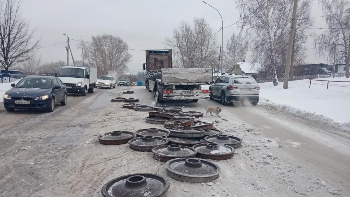 В Прокопьевске железнодорожные колеса высыпались с полуприцепа на легковушку