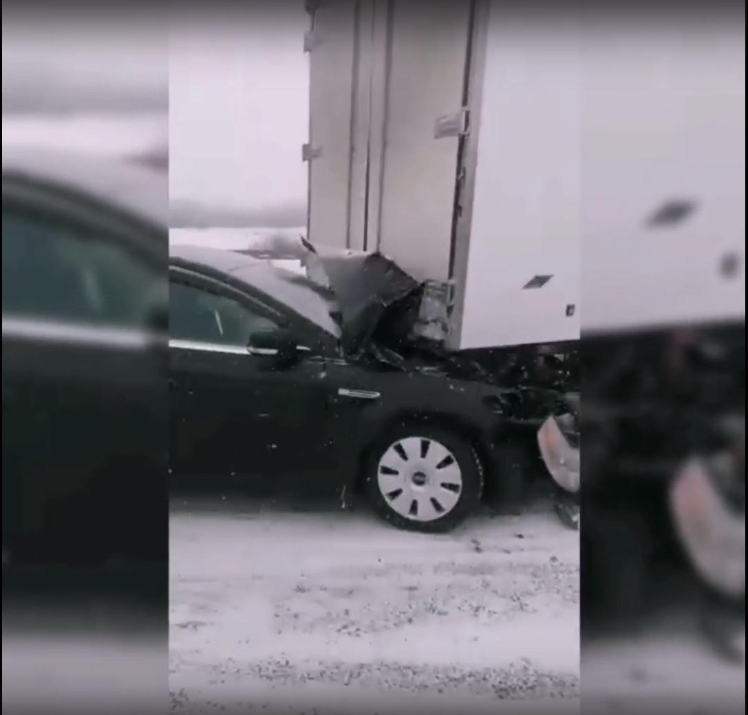 """На трассе """"Кемерово - Новокузнецк"""" столкнулись 17 автомобилей"""