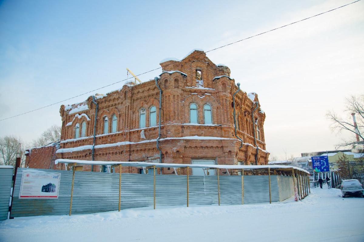"""В Кузбассе при реконструкции старейшего музея разбили """"капсулу времени"""": смотрим, что внутри"""