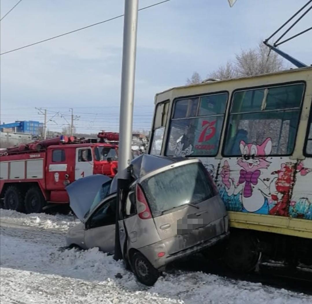 В Прокопьевске легковушка влетела под трамвай: подробности происшествия
