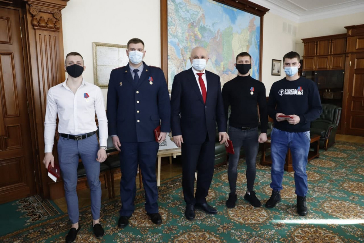 В Кузбассе награждены герои, спасшие 13 человек из горящего дома