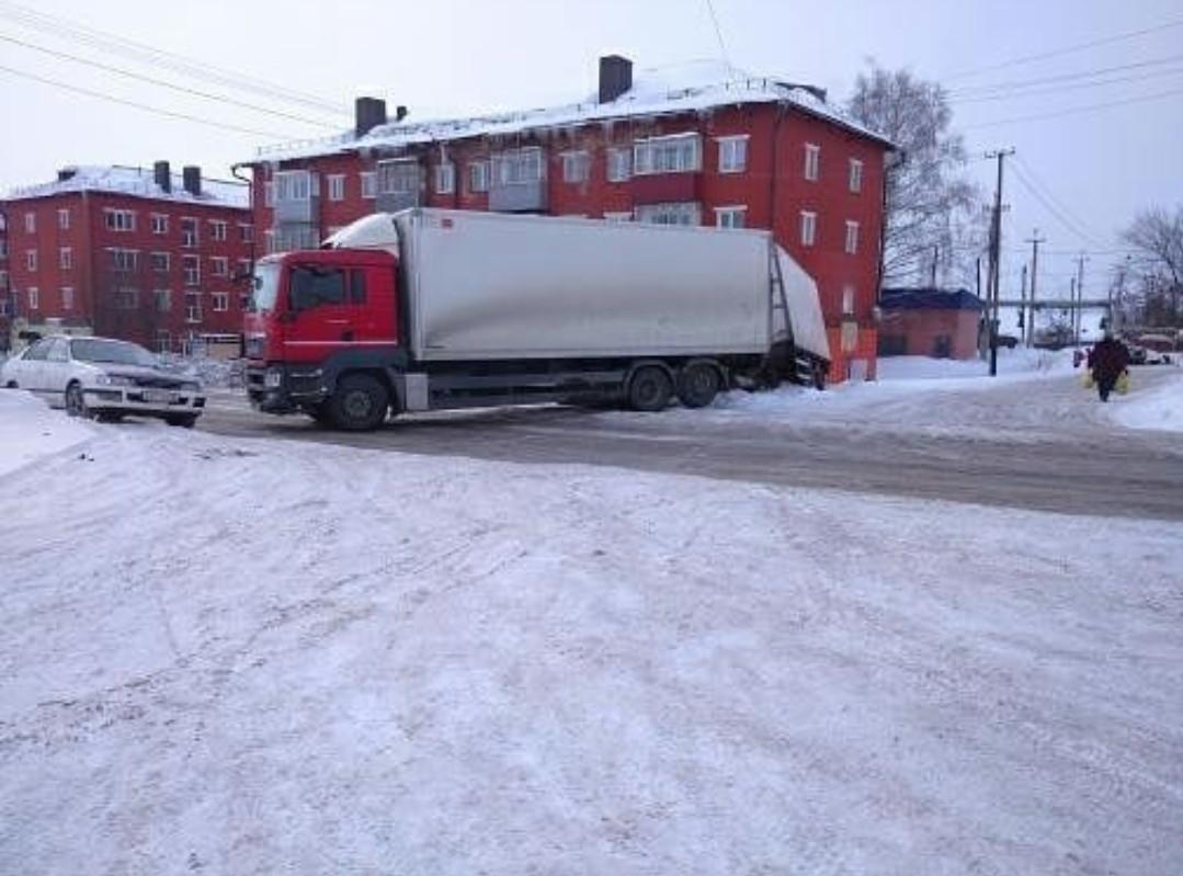 В Прокопьевске из-за фуры частично перекрыто движение по ул. Пионерская