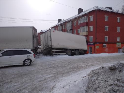 В Прокопьевске фура на несколько часов перекрыла движение по одной из главных дорожных артерий города: официальная информация