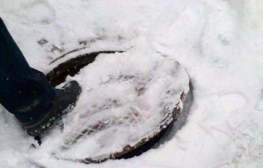 В Кузбассе 9-летний школьник провалился в трехметровый колодец