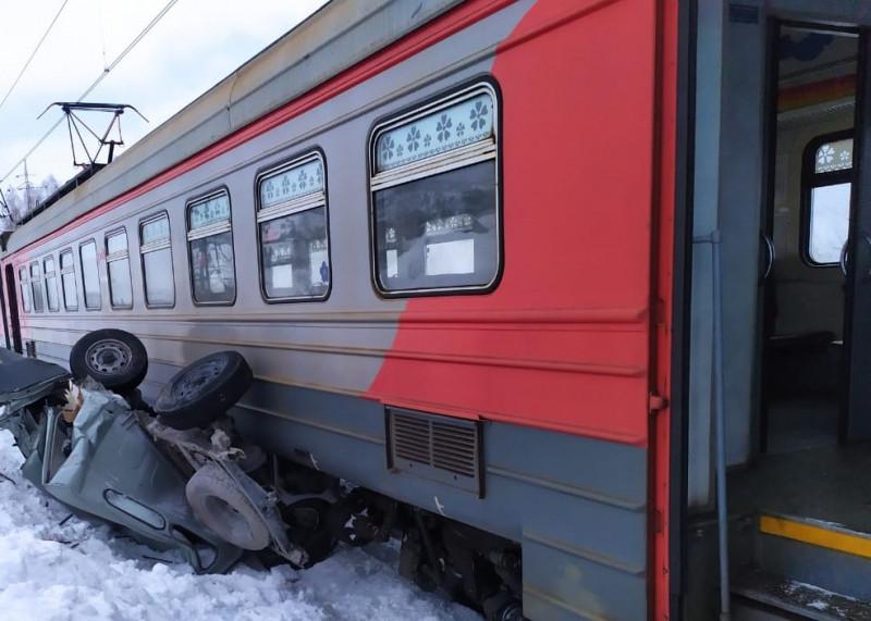 В Кузбассе поезд раздавил внедорожник