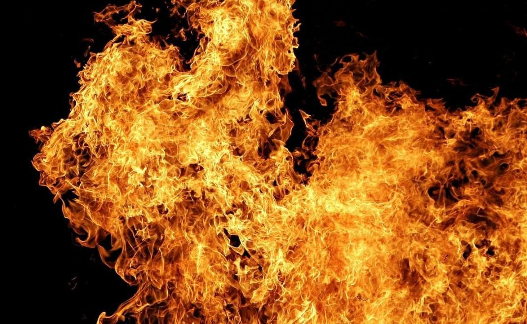 В Новокузнецке 20 сотрудников МЧС тушили пожар на АЗС