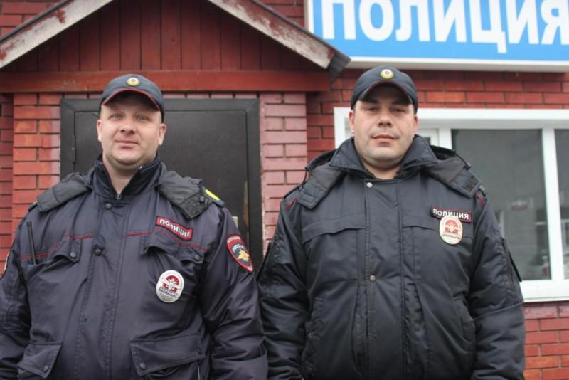 В Кузбассе полицейские помогли малышу, который потерял обувь в сугробе