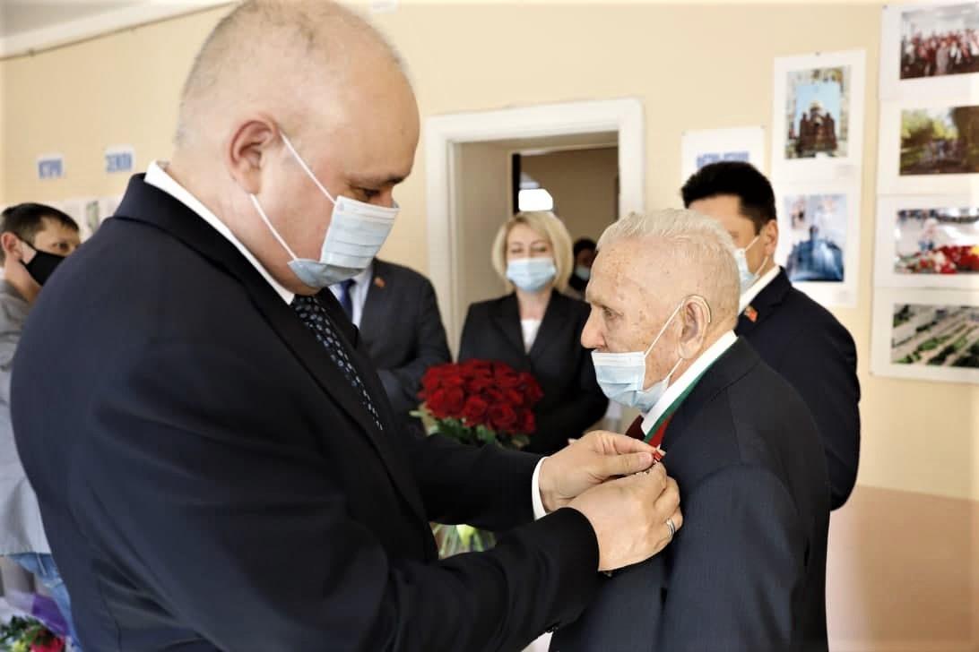 Губернатор вручил 95-летнему кузбассовцу высшую награду региона