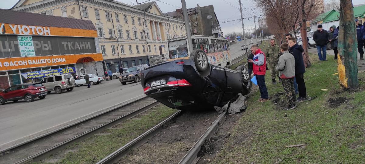 В Прокопьевске автомобиль перевернулся на трамвайных путях