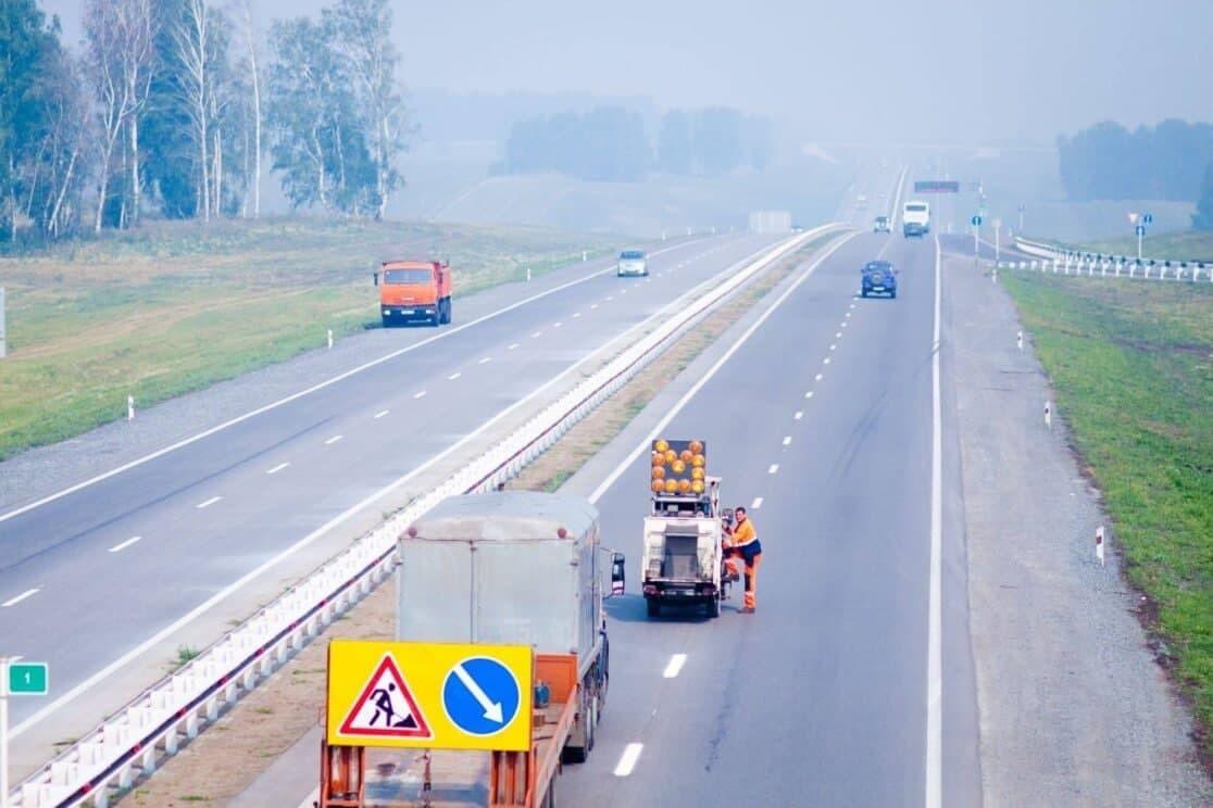 В Кузбассе на дороги начали наносить разметку, с использованием современных технологий