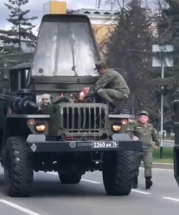 В Кемерове во время парада ретро-техники загорелся военный автомобиль