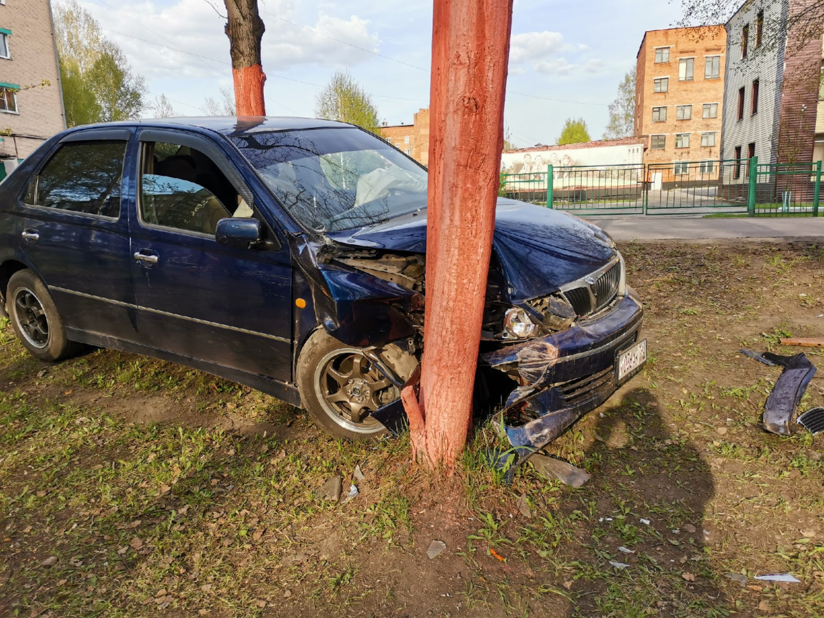 В Прокопьевске автолюбитель протаранил дерево