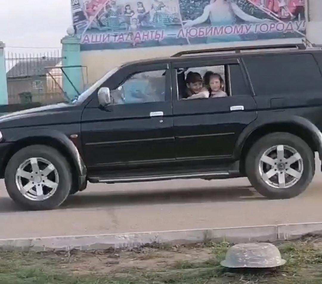 Очевидцы: в Прокопьевске несовершеннолетние катались на внедорожнике
