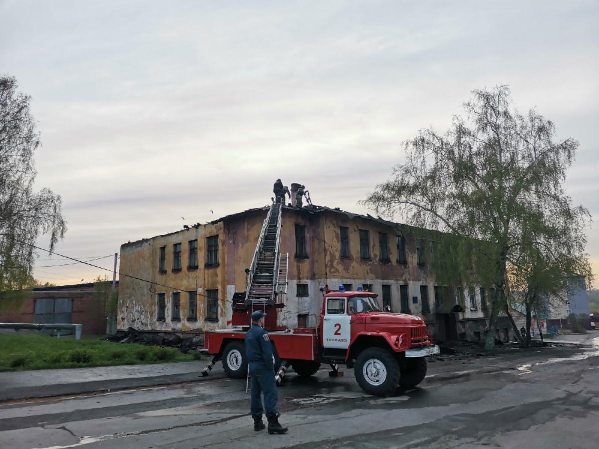 В Прокопьевске 17 сотрудников МЧС и 6 единиц техники тушили пожар в здании бывшей вечерней школы