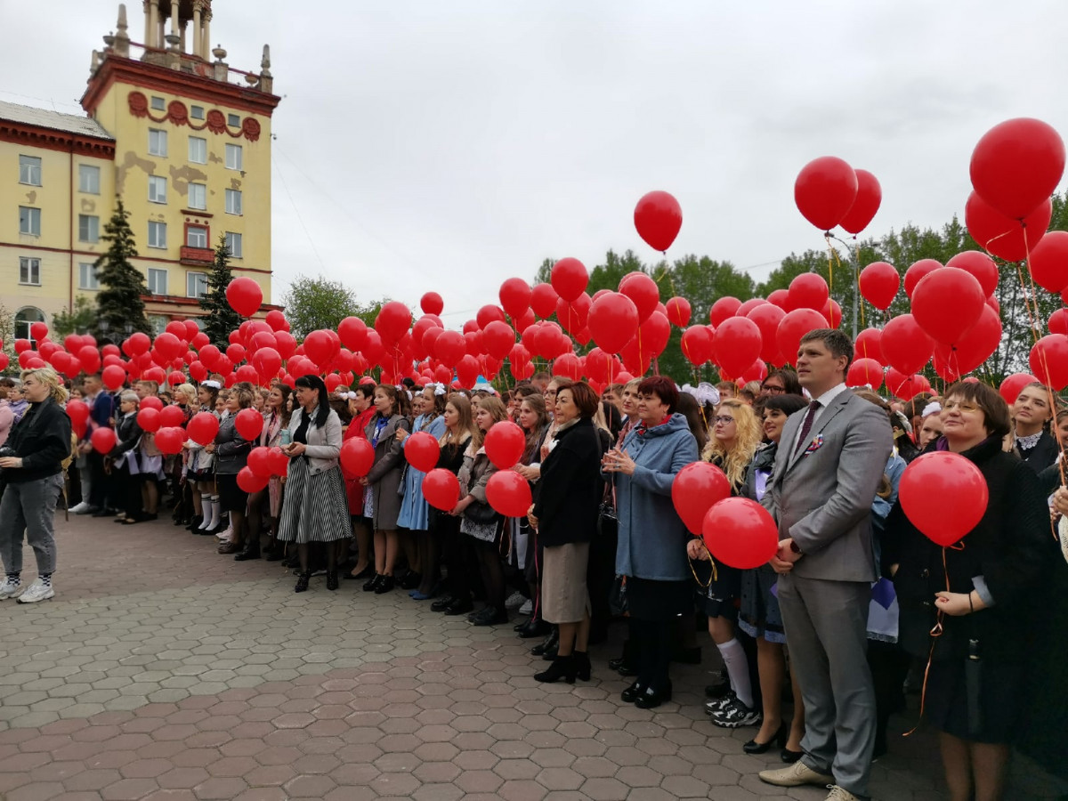 Последний звонок 2021: прокопчане запустили в небо более 600 красных шаров