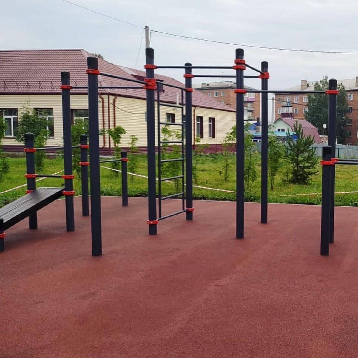 На территории школы Прокопьевска возводят современную спортивную площадку