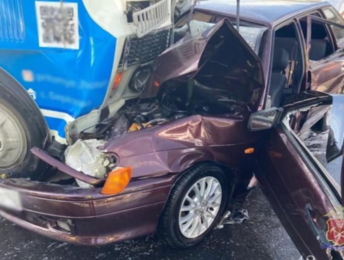 В Кузбассе 2 человека пострадали при столкновении легковушки и пассажирского автобуса