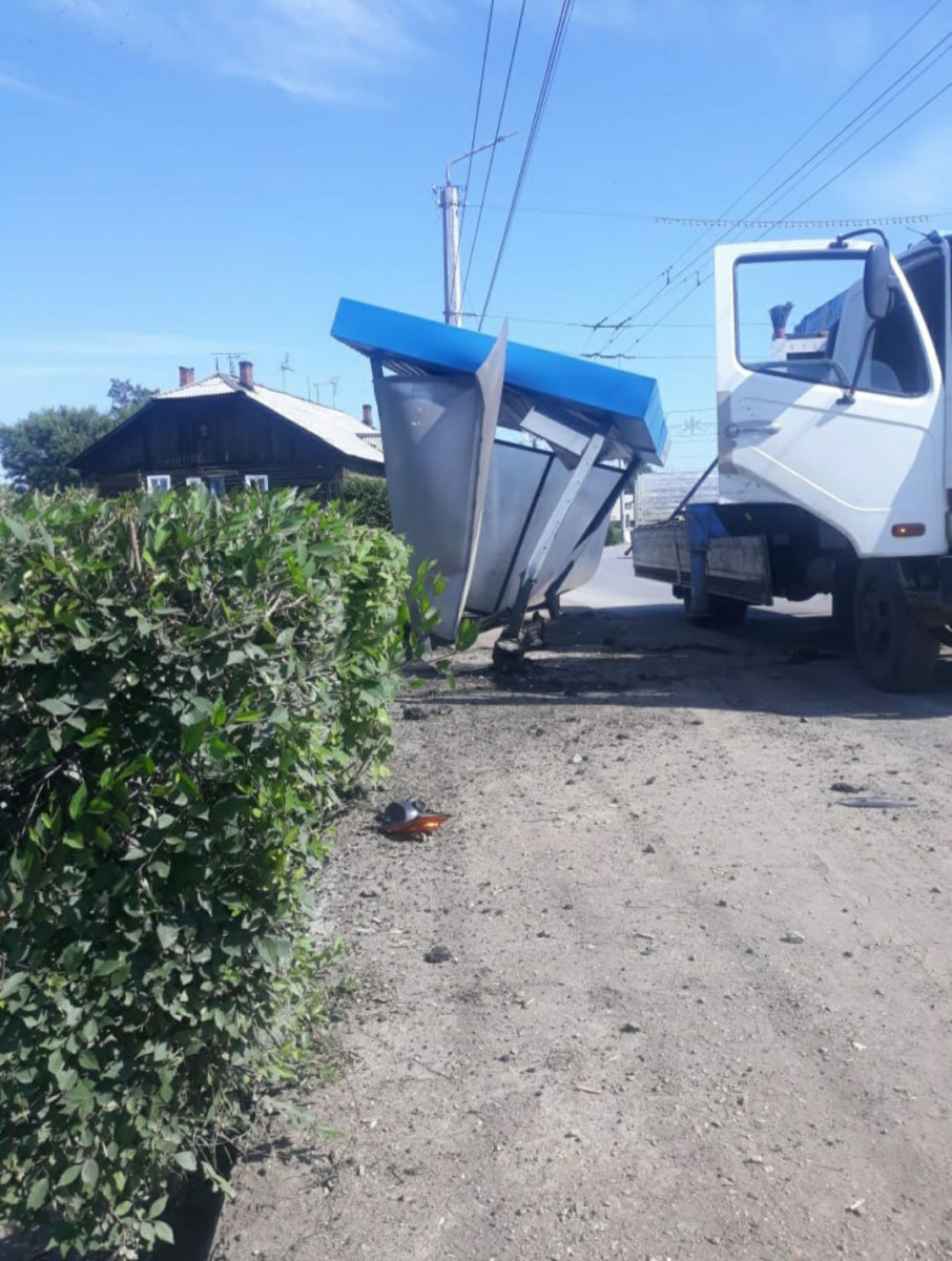 В Кузбассе автолюбитель протаранил остановку