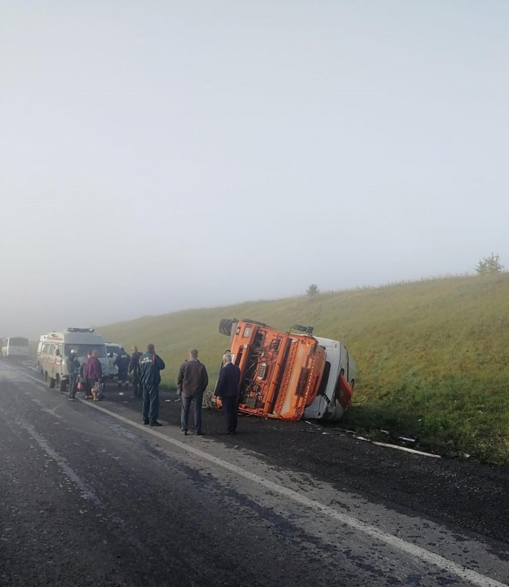 В Прокопьевском районе при столкновении грузовика и вахтового автобуса пострадали 11 человек
