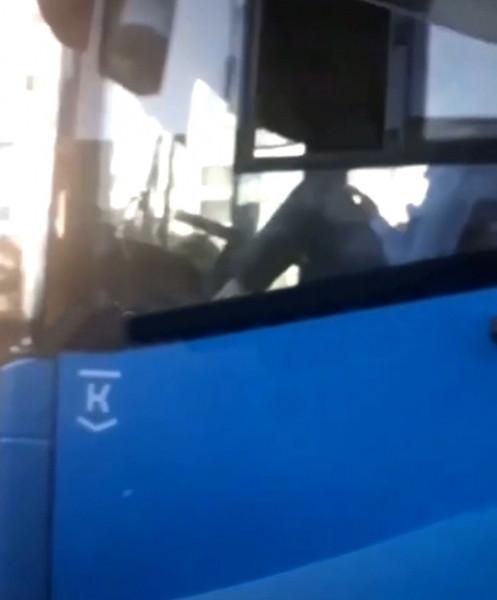 В Кузбассе водитель управлял пассажирским автобусом ногами