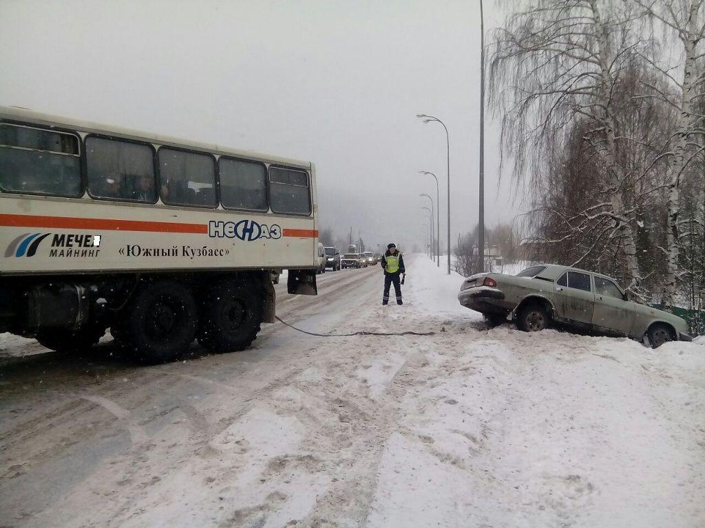 На трассе Кузбасса автолюбитель застрял в сугробе, освободить машину из плена помогли инспекторы ГИБДД