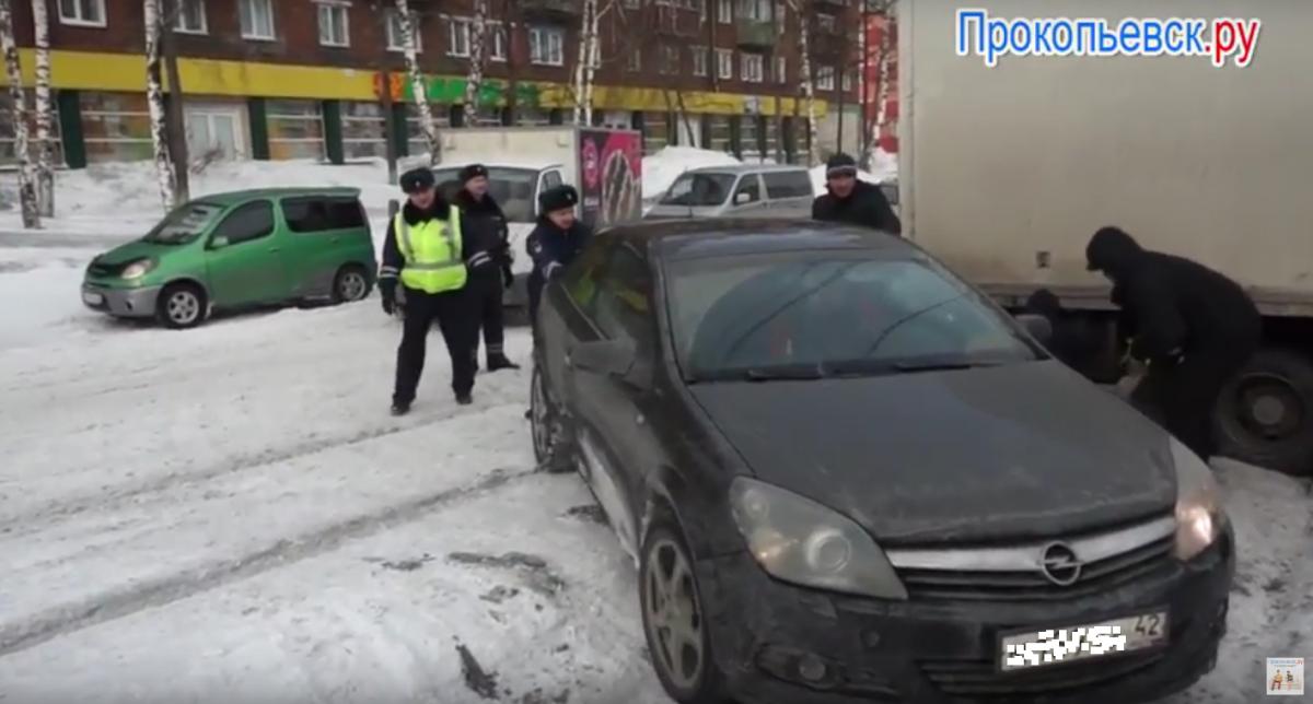Внимание водителей! ГИБДД Прокопьевска напоминает основные принципы зимнего вождения (сюжет)