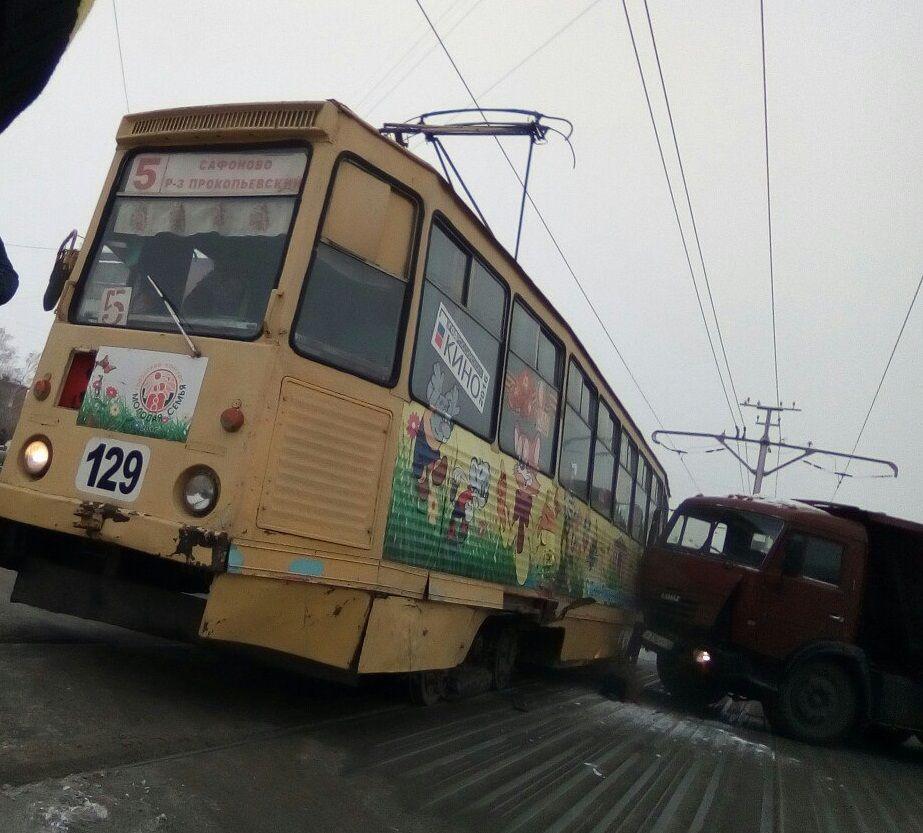ДТП в Прокопьевске: дорогу не поделили трамвай и КамАЗ (видео)