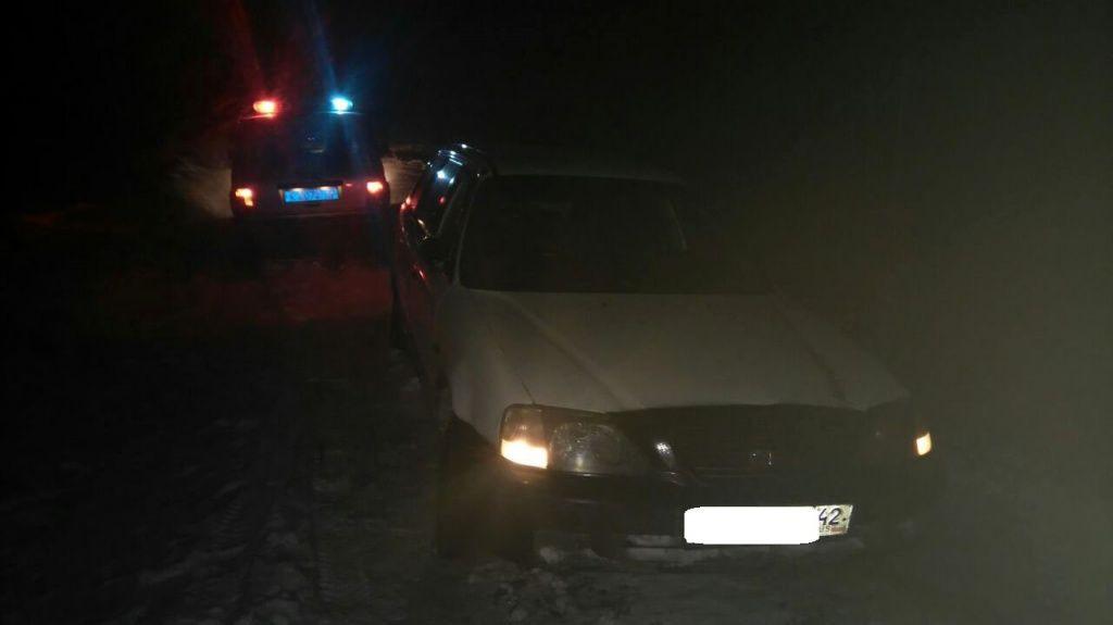 В Кузбассе сотрудники ДПС спасли автомобилиста и его супругу, попавших на трассе в снежную ловушку