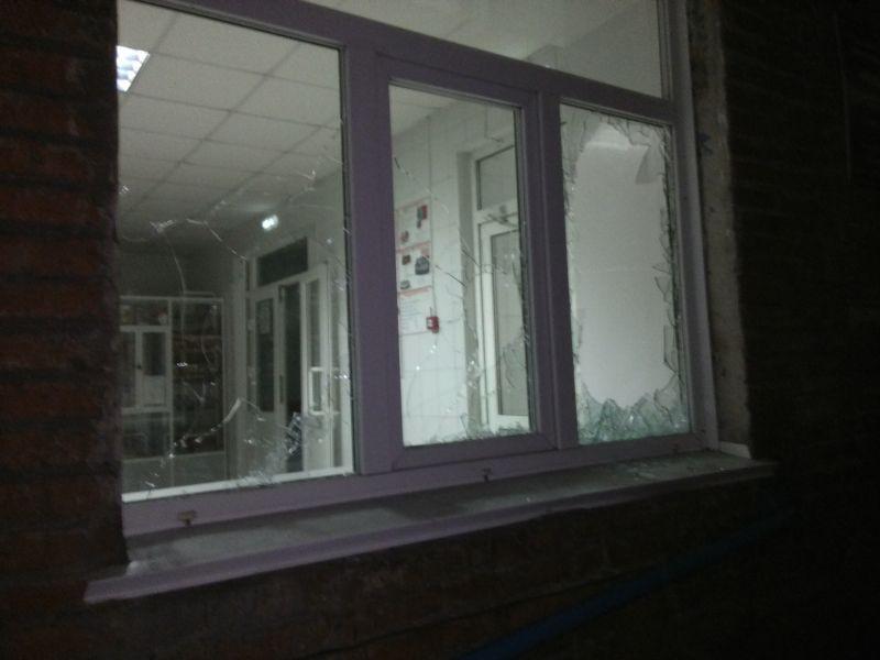 Недовольный медлительностью «скорой» кузбассовец разбил 10 окон в клинике