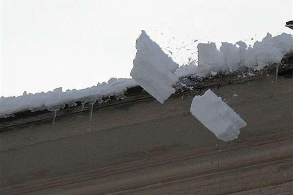 ВКемерове рабочий упал скрыши пятиэтажного здания