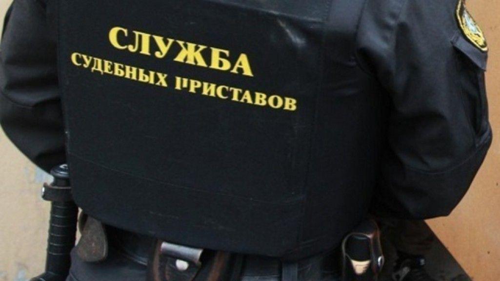 Жительница Кузбасса спряталась от приставов в диван