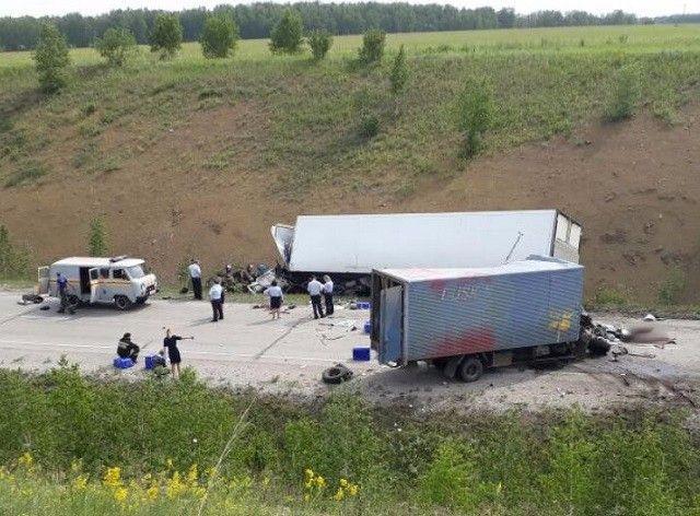 На трассе Кузбасса в ДТП с двумя грузовиками погибли три человека
