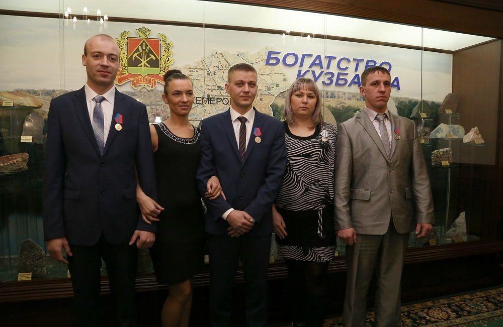 Аман Тулеев встретился с шахтерами Есаульской, которые провели 35 часов за завалом