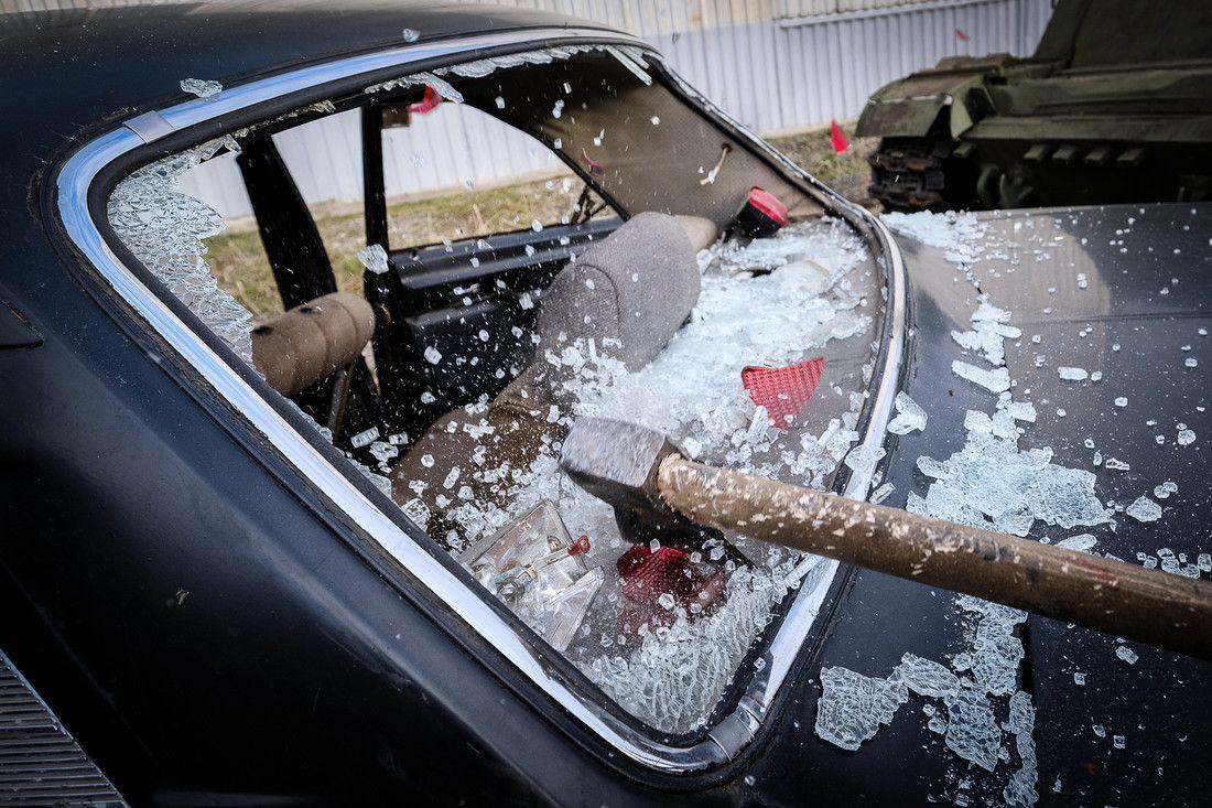 Прокопчанин ночью разбил топором чужой автомобиль на парковке