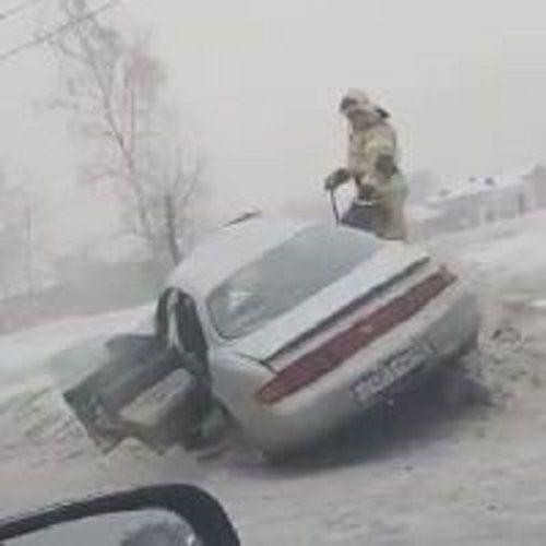 ДТП в Кузбассе: ЗиЛ выбил с дороги легковушку (видео)