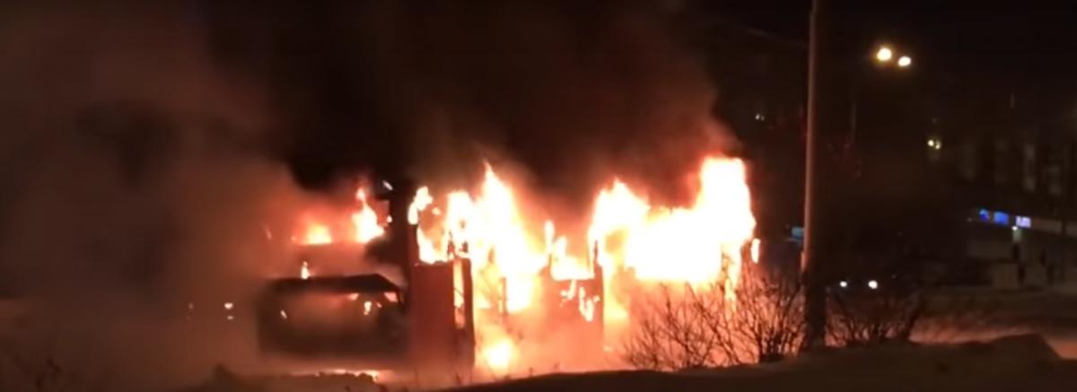 В Кузбассе сгорел пассажирский автобус (видео)