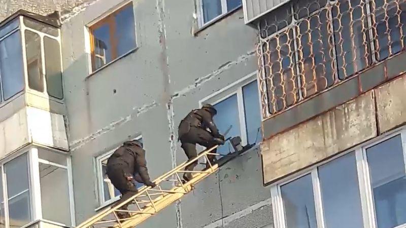 В Кузбассе правоохранители взяли штурмом жилище наркоторговца (сюжет)