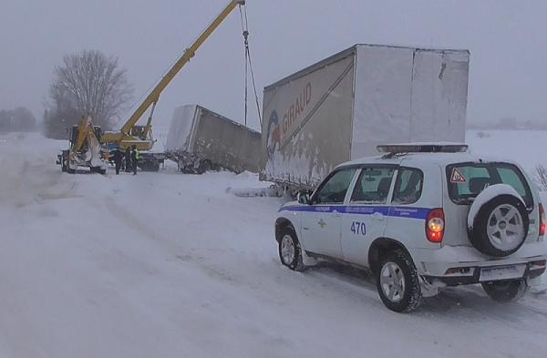 На трассе Кузбасса перевернулся грузовик с игрушками
