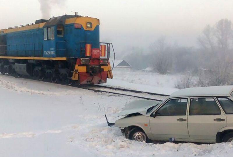 В Кузбассе на ж/д переезде столкнулись тепловоз и легковой автомобиль