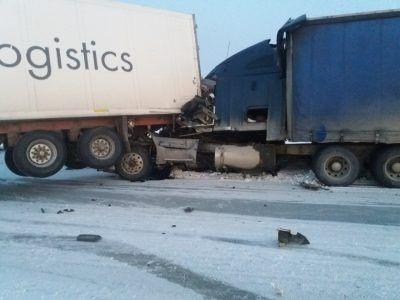 Жесткое ДТП в Кузбассе: на трассе столкнулись две фуры